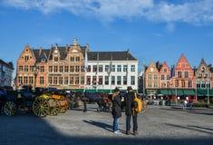 Folk på Groten Markt i Bruges, Belgien arkivfoton