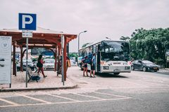Folk på hållplatsen i Aljezur, Portugal arkivbild