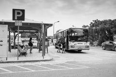 Folk på hållplatsen i Aljezur, Portugal arkivbilder
