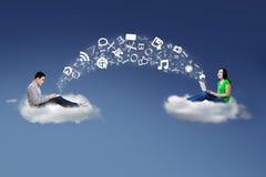 Folk på information om moln och om aktie Arkivbild
