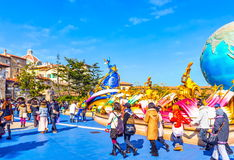 Folk på ingången av det Tokyo Disney havet Royaltyfri Foto