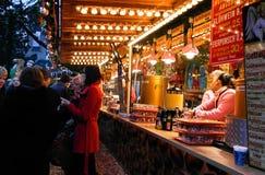 Folk på julmarknaden i Karlsruhe Arkivfoto