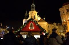 Folk på julmarknaden Prague Royaltyfria Bilder