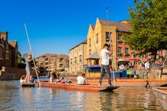 Folk på kanalerna av Cambridge, England, Förenade kungariket arkivbilder