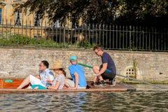 Folk på kanalerna av Cambridge, England, Förenade kungariket Royaltyfri Fotografi