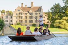 Folk på kanalerna av Cambridge, England, Förenade kungariket Royaltyfria Foton