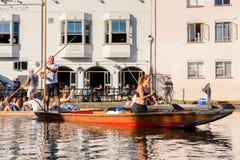 Folk på kanalerna av Cambridge, England, Förenade kungariket royaltyfri foto
