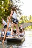 Folk på kanalerna av Cambridge, England, Förenade kungariket royaltyfria bilder