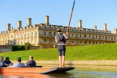 Folk på kanalerna av Cambridge, England, Förenade kungariket royaltyfri bild