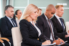 Folk på konferensen Arkivbild