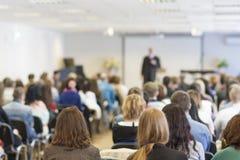 Folk på konferensen som lyssnar till föreläsaren tillbaka sikt Royaltyfri Bild