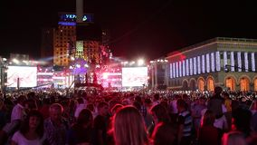 Folk på konserten stock video