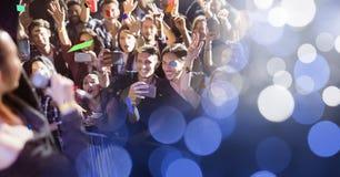 folk på konserten med övergång royaltyfria foton