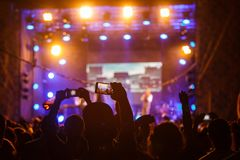 Folk på konsertskyttevideoen eller fotoet arkivbilder