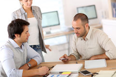 Folk på kontoret som tillsammans arbetar arkivbild