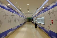 Folk på korridoren av Tokyo den internationella flygplatsen Royaltyfri Bild