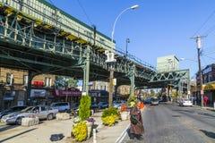 Folk på korsningen på avenyn för Av för lotter för tunnelbanastation den nya i ea Arkivbilder