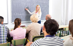 Folk på kurser för personlig tillväxt royaltyfri bild