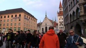 Folk på Marienplatz stock video