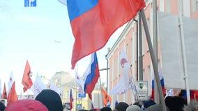 Folk på marschen av minnet Boris Nemtsov lager videofilmer