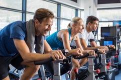 Folk på motionscykelen arkivbild