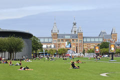 Folk på museumfyrkanten, Amsterdam Royaltyfri Bild