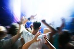 Folk på musikkonserten, disko Fotografering för Bildbyråer