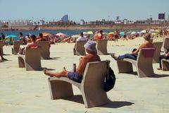 Folk på Nova Icaria Beach, i Barcelona, Spanien Fotografering för Bildbyråer