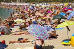 Folk på Nova Icaria Beach, i Barcelona, Spanien Royaltyfri Foto