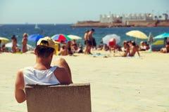 Folk på Nova Icaria Beach, i Barcelona, Spanien Arkivbilder