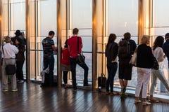 Folk på observationsdäcket av Burj al Khalifa Fotografering för Bildbyråer