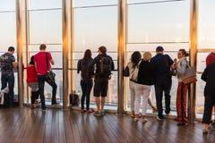 Folk på observationsdäcket av Burj al Khalifa Arkivbilder