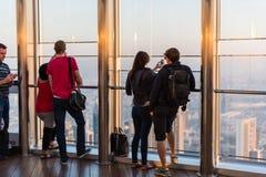 Folk på observationsdäcket av Burj al Khalifa Arkivfoto