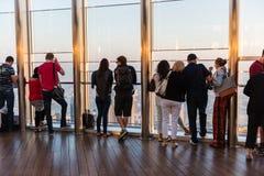 Folk på observationsdäcket av Burj al Khalifa Arkivbild