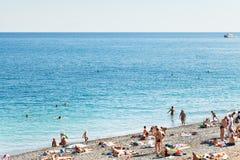 Folk på Pebble Beach av Black Sea i Yalta Royaltyfria Foton
