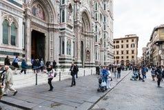 Folk på Piazza del Duomo nära domkyrka Royaltyfri Fotografi