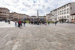 Folk på piazzadi Santa Maria Novella i Florence Arkivfoto