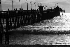 Folk på pir i Kalifornien Royaltyfri Foto