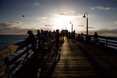 Folk på pir i Kalifornien Royaltyfria Bilder