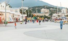Folk på promenad i den Yalta staden i afton Royaltyfri Foto