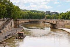 Folk på promenaden och bron över Tiberen i Rome, Ita Arkivbilder