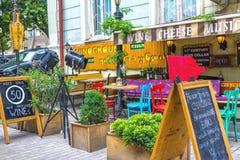 Folk på restaurangen i den gamla staden av Tbilisi Royaltyfri Bild