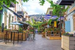 Folk på restaurangen i den gamla staden av Tbilisi Royaltyfri Foto