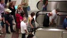Folk på rulltrappan stock video
