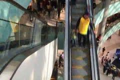 Folk på rulltrappan av en trevlig shoppinggalleria lager videofilmer