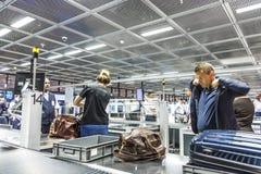 Folk på säkerhetskontrollen på Frankfurt den internationella flygplatsen Royaltyfri Foto