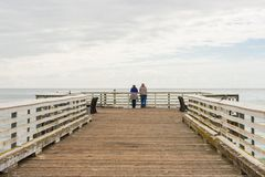 Folk på San Simeon Pier, Kalifornien, USA royaltyfria bilder