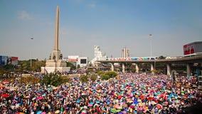 Folk på segermonumentet som driver ut Yingluck Arkivfoton