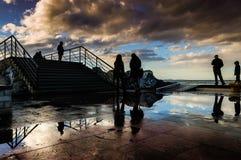 Folk på skeppsdockorna efter stormen Arkivfoto