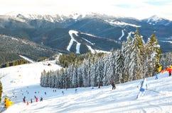 Folk på skidakörningen Royaltyfri Bild